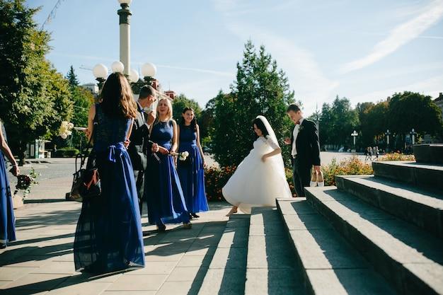 花嫁と新郎が階段を歩く