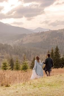 山を歩く新郎新婦