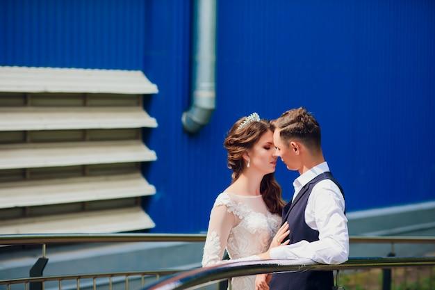 신부 및 신랑 도시, 결혼식, 결혼 개념에서 산책. 도시 배경에서 신랑과 신부입니다. 젊은 부부는 결혼식에서 계단에가 고.