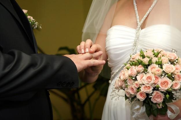 신부와 신랑이 서로 결혼 반지를 착용
