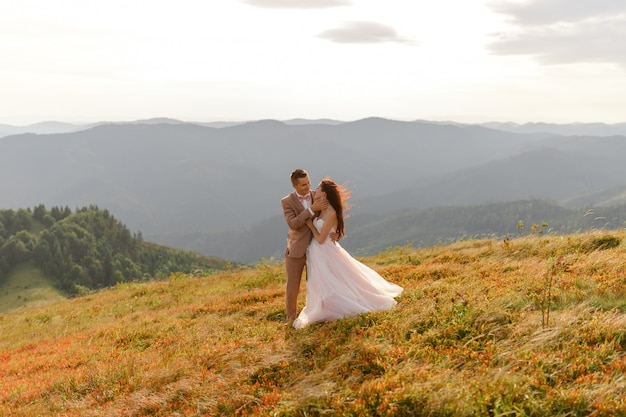 Жених и невеста. свадебная фотосессия в горном пейзаже.