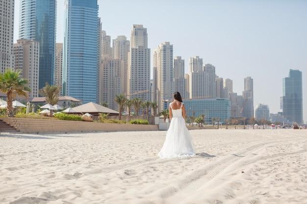 아름 다운 해변 결혼식 화창한 날에 신부