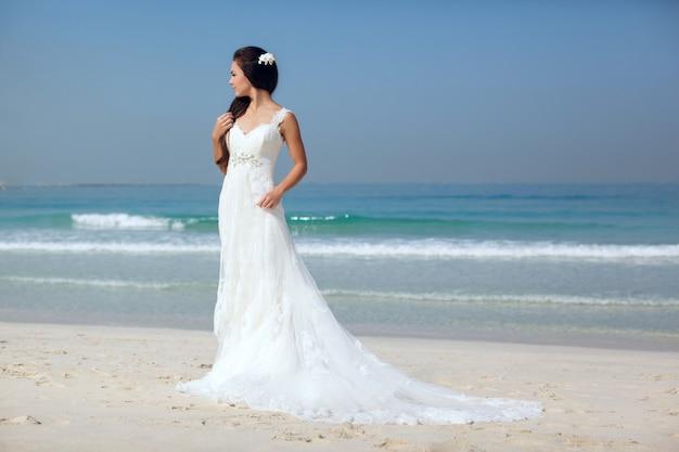 Невеста на красивом пляже свадьба в солнечный день