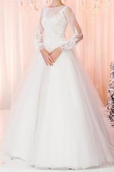 Невеста на церемонии в день свадьбы. женщина в дорогом роскошном платье