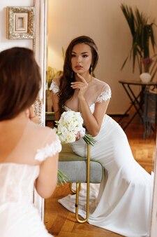꽃의 부케와 함께 거울에 신부
