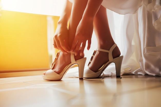 花嫁は結婚式の前に靴を履きます。花嫁の朝。