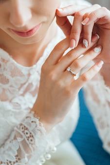 花嫁のドレスの結婚式の装飾、クリスタルのイヤリング