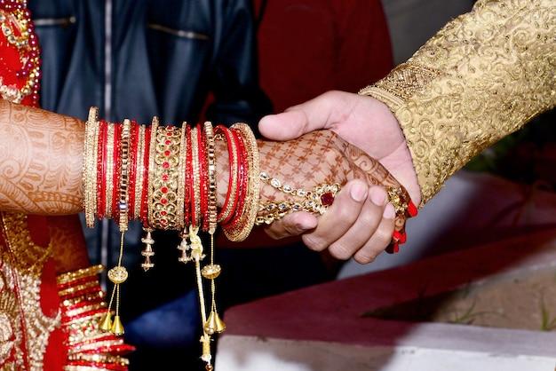Жених и невеста вместе на индийской свадьбе