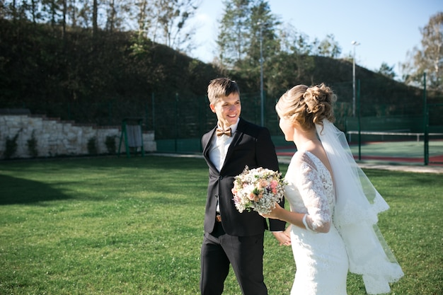 Sposa e sposo che hanno divertimento in una vecchia città