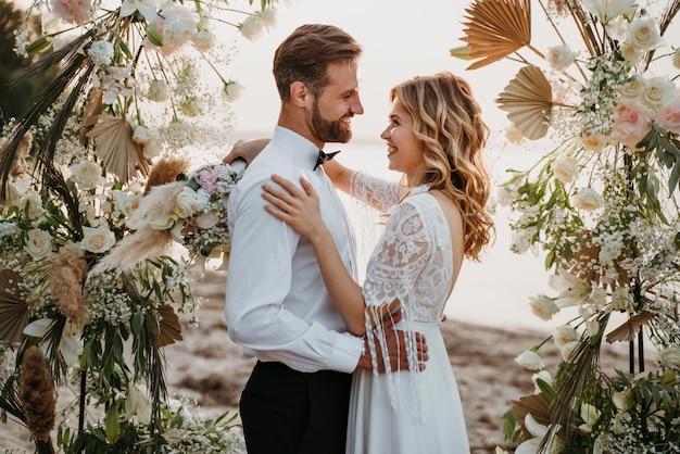 Gli sposi festeggiano il loro matrimonio in spiaggia