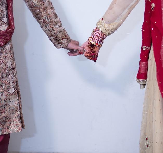 Невеста жених держит руку