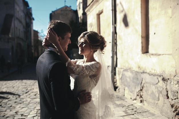 Sposa e sposo in posa per le strade del centro storico