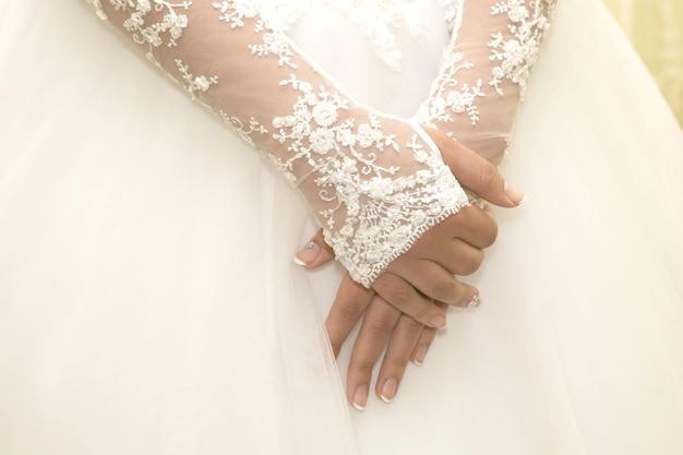 신부는 그의 앞에서 손을 접었다. 여성복의 아름다움과 패션