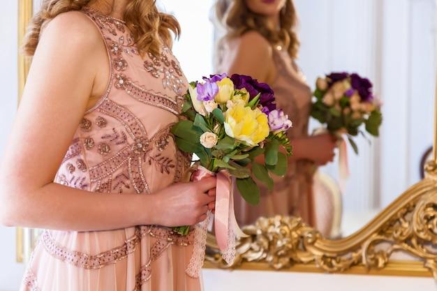 花の花束、結婚式の花束を保持している花嫁。花束を保持している花嫁。