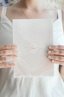 愛の白いカードを保持している花嫁