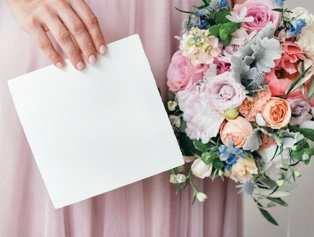 花の花束と日付カードを保存を保持している花嫁
