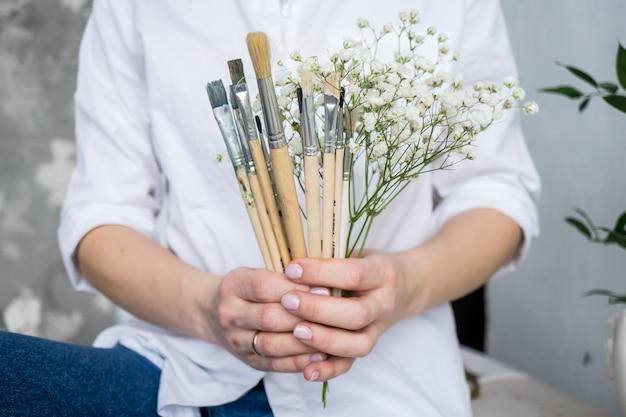 絵筆アーティストconseptと花束を保持している花嫁