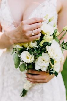 ブライダルブーケを持って花嫁をクローズアップ