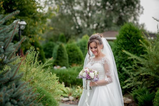 カラフルなエレガントなモダンな秋のウェディングブーケを持って花嫁。ライフスタイルとウェディングのコンセプト