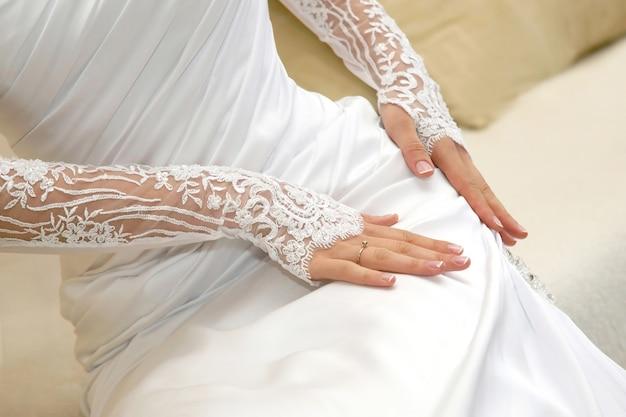 드레스에 손을 잡고 신부입니다. 패션과 뷰티 여성