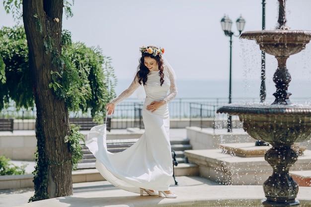 Невеста держит ее юбку