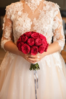 赤いブーケを持って花嫁