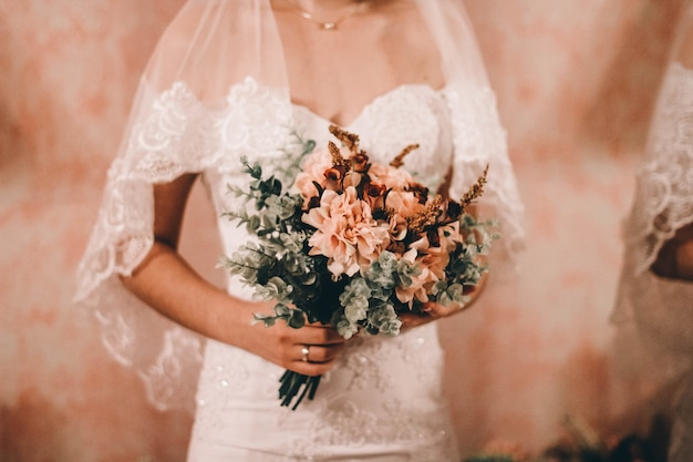 美しいウェディングブーケを持っている花嫁