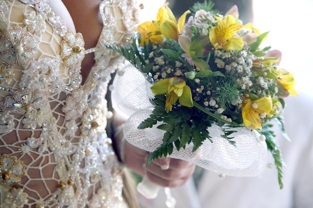 웨딩 부케 근접 촬영을 들고 신부입니다. 축제 복장의 패션과 아름다움