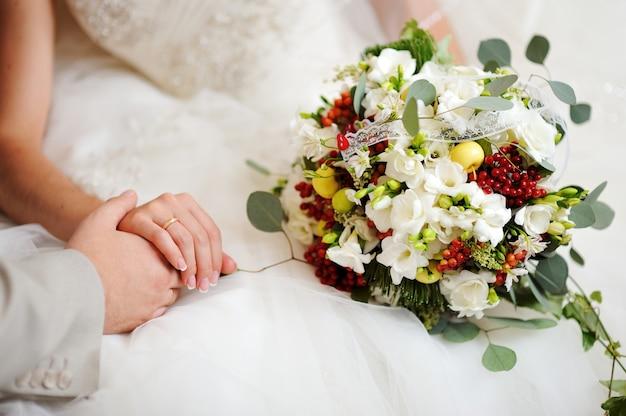 흰색 꽃과 웨딩 부케를 들고 신부