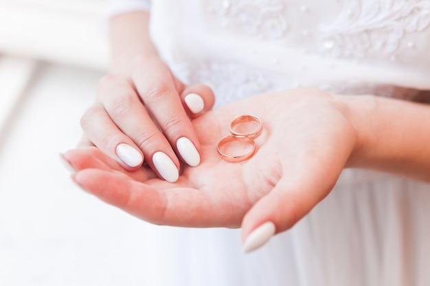 花嫁は彼女の手のひらに結婚指輪を持って、ハイキー写真