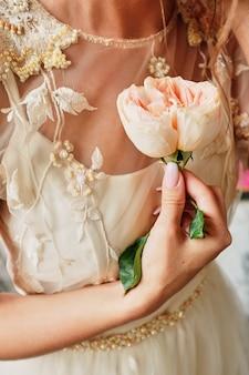 신부 손에 장미 꽃을 보유