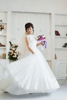 아름다운 하얀 드레스를 입은 신부가 결혼식을 준비하고 있습니다. 신부의 아침