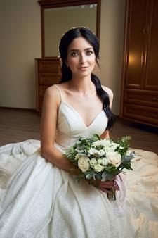 Невеста в красивом белом платье с букетом цветов
