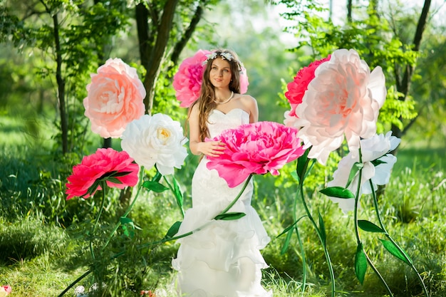 Невеста в зеленом парке
