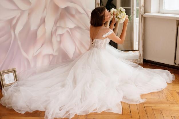 웨딩 부케와 무성한 드레스 신부
