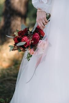 부케와 하얀 웨딩 드레스 신부