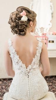 Невеста в белом свадебном платье