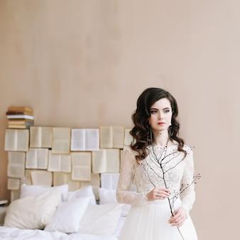 Невеста в элегантном классическом свадебном платье. портрет красивой девушки. утренние свадебные посиделки. понятие нежности.