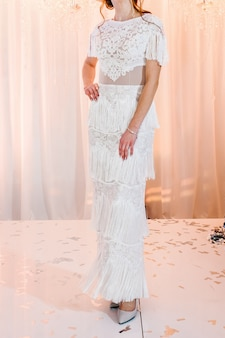 Невеста в дорогом, роскошном платье на церемонии в день свадьбы