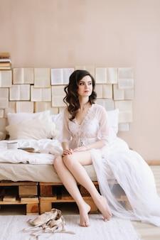 Невеста в нижнем белье. утренние свадебные посиделки. понятие нежности. элегантное классическое свадебное платье.