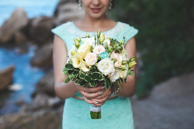 水の近くの山の自然の中で花嫁