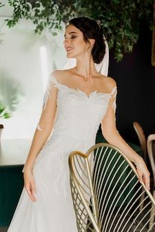 Невеста в свадебном платье в кафе.