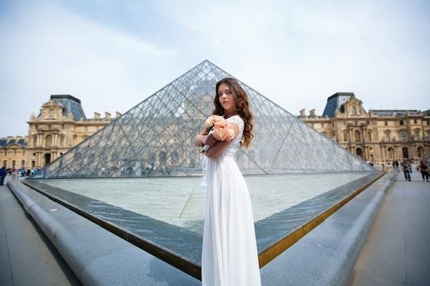 パリ7月ルーブルのウェディングドレスの花嫁