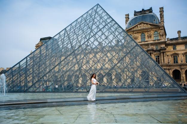 Невеста в свадебном платье в парижском лувре