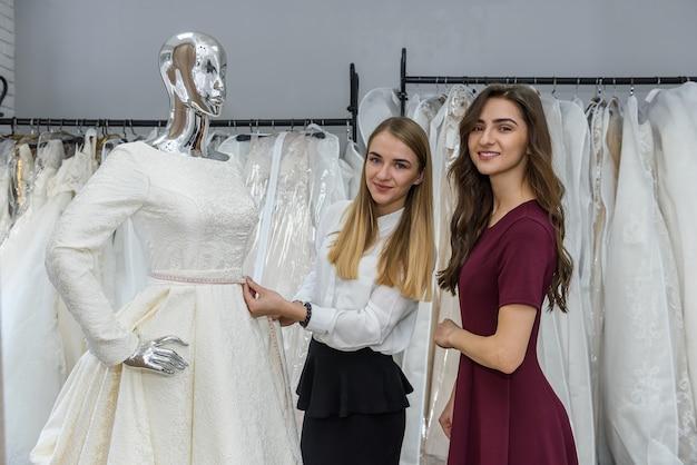仕立て屋とウェディングドレスのウェディングショップの花嫁