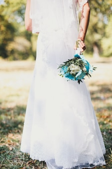 웨딩 부케를 들고 하얀 드레스를 입고 신부
