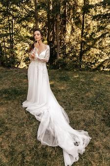 自然の中で白いドレスの花嫁