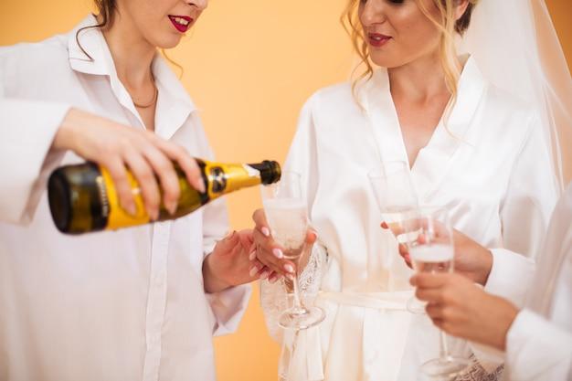 結婚式の準備中にポーズをとって白いドレスの花嫁
