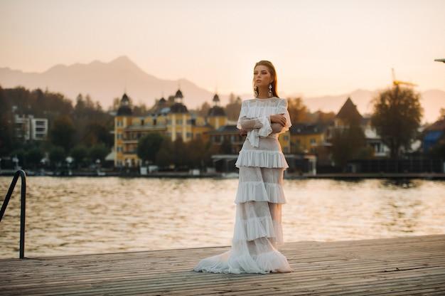 旧市街の白いウェディングドレスの花嫁