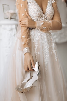 The bride keeps her heels on her wedding day